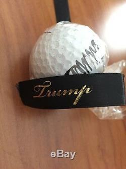 Le Président Donald Trump A Signé La Balle De Golf Avec Logo International Trump