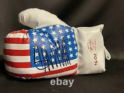 Le Président Donald Trump A Signé Un Gant De Boxe Autographié