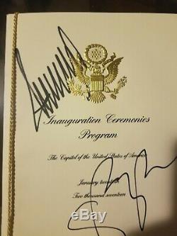 Le Président Donald Trump Et Le Vice-président Michael Pence Ont Signé Le Programme D'inauguration