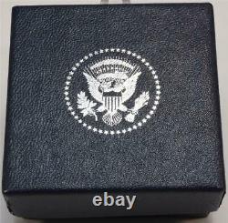 Président Donald Trump Cadeau Maison Blanche Ovale Cobalt Blue Lapel Pin Signé