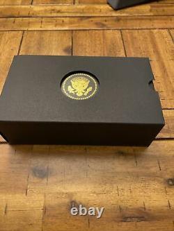 Projet De Loi Présidentiel Officiel Signant Pen Par Croix Pour Le Président Donald J. Trump